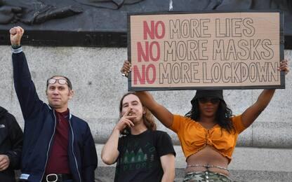 Coronavirus, nuove misure restrittive in diversi Paesi: proteste. FOTO