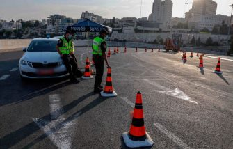 Israeli police officers man a checkpoint in Jerusalem, on September 19, 2020, to enforce lockdown after a spike in COVID-19 cases. - Israel imposed a second nationwide lockdown to tackle one of the world's highest coronavirus infection rates, despite public protests over the new blow to the economy. The three-week shutdown from yesterday just hours before Rosh Hashana, the Jewish New Year, and will extend through other key religious holidays, including Yom Kippur and Sukkot. (Photo by MENAHEM KAHANA / AFP) (Photo by MENAHEM KAHANA/AFP via Getty Images)