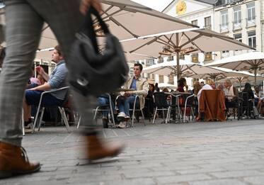 Francia, da domani stop mascherine esterno: anticipata fine coprifuoco
