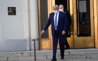 epa08723005 US President Donald J. Trump, wearing a mask, emerges from the front door of Walter Reed National Military Medical Center, in Bethesda, Maryland, USA, 05 October 2020, to board Marine One for a return trip to the White House after receiving treatment for a COVID-19 infection.  EPA/Chris Kleponis / POOL