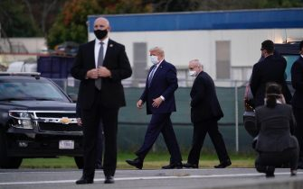 epa08723030 US President Donald J. Trump, wearing a mask, walks at Walter Reed National Military Medical Center, in Bethesda, Maryland, USA, 05 October 2020, to board Marine One for a return trip to the White House after receiving treatment for a COVID-19 infection.  EPA/Chris Kleponis / POOL