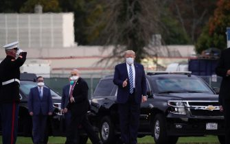 epa08723050 US President Donald J. Trump, wearing a mask, goes to ride a car after leaving Walter Reed National Military Medical Center, in Bethesda, Maryland, USA, 05 October 2020, to board Marine One for a return trip to the White House after receiving treatment for a COVID-19 infection.  EPA/Chris Kleponis / POOL