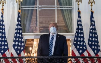 epa08723106 US President Donald J. Trump gestures after returning to the White House, in Washington, DC, USA, 05 October 2020, following several days at Walter Reed National Military Medical Center for treatment for COVID-19.  EPA/KEN CEDENO / POOL