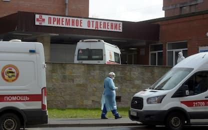 """Russia, anziano si dà fuoco: aveva un cartello """"Buon compleanno Putin"""""""