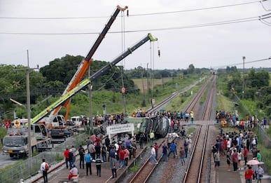 Thailandia, treno travolge corriera: nell'incidente almeno 17 morti