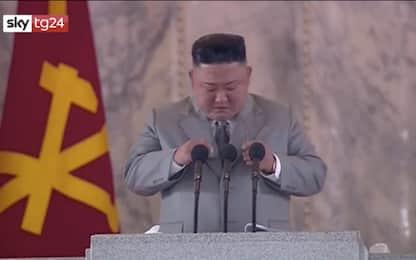 Kim Jong-un piange mentre parla al popolo: Non sono sempre all'altezza