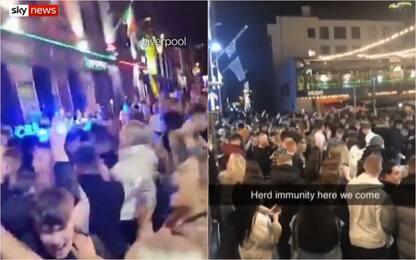 Coronavirus, folla a Liverpool nonostante le nuove restrizioni. VIDEO