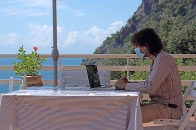 """Turismo: sarà un'estate """"holiday working"""", a metà tra lavoro e vacanza"""