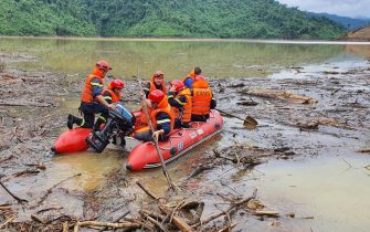epa08743320 Vietnamese search and rescue personnel during an operation searching for missing people after landslides at a hydropower dam, in Hue, Vietnam, 14 October 2020.  EPA/STR VIETNAM OUT