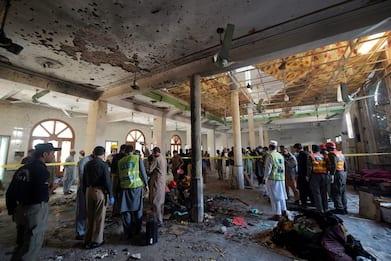 Bomba in una madrassa a Peshawar, bimbi tra i morti