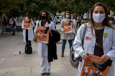 Covid Spagna, sciopero medici per 24 ore ultimo martedì di ogni mese