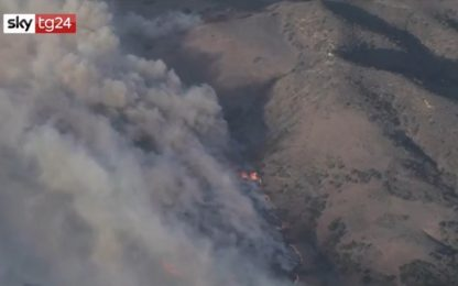 California, incendio sulle colline di Irvine: 60mila evacuati. VIDEO