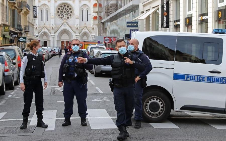 Francia, attentato a Nizza: donna decapitata in chiesa, ultime notizie
