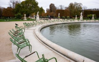 30 October 2020, France, Paris: The otherwise mostly densely populated parks of the Jardin des Tuileries lie abandoned. In the fight against the corona epidemic, France has imposed far-reaching exit restrictions. The new measures came into effect on Friday and are initially limited until December 1. Photo: Elko Hirsch/dpa (Paris - 2020-10-30, Elko Hirsch / IPA) p.s. la foto e' utilizzabile nel rispetto del contesto in cui e' stata scattata, e senza intento diffamatorio del decoro delle persone rappresentate