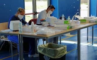 """Coronavirus: al via questa mattina i test antigenici in una prima scuola del territorio comunale di Fiumicino. Si tratta della scuola media """"Grassi"""" nella zona di Parco Leonardo."""