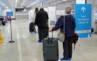 Proseguono all'aeroporto di Fiumicino test rapidi anti-Covid per i passeggeri provenienti da paesi al alto rischio.