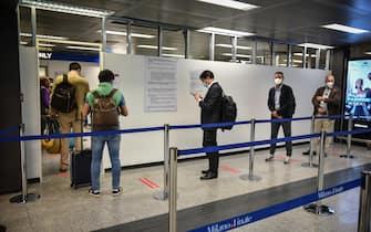 Passeggeri in attesa del tampone test rapidi anticovid-19 obbligatori ai passeggeri del volo Alitalia Linate-Fiumicino delle 17 all'aeroporto di Milano, 23 settembre 2020. ANSA/MATTEO CORNER