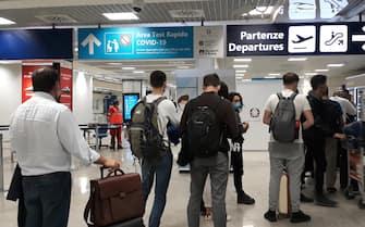 Passeggeri in arrivo all'aeroporto intercontinentale di Fiumicino in attesa di effettuare  il test rapido Covid 19 nell'area dello scalo romano messa a disposizione da Aeroporti di Roma