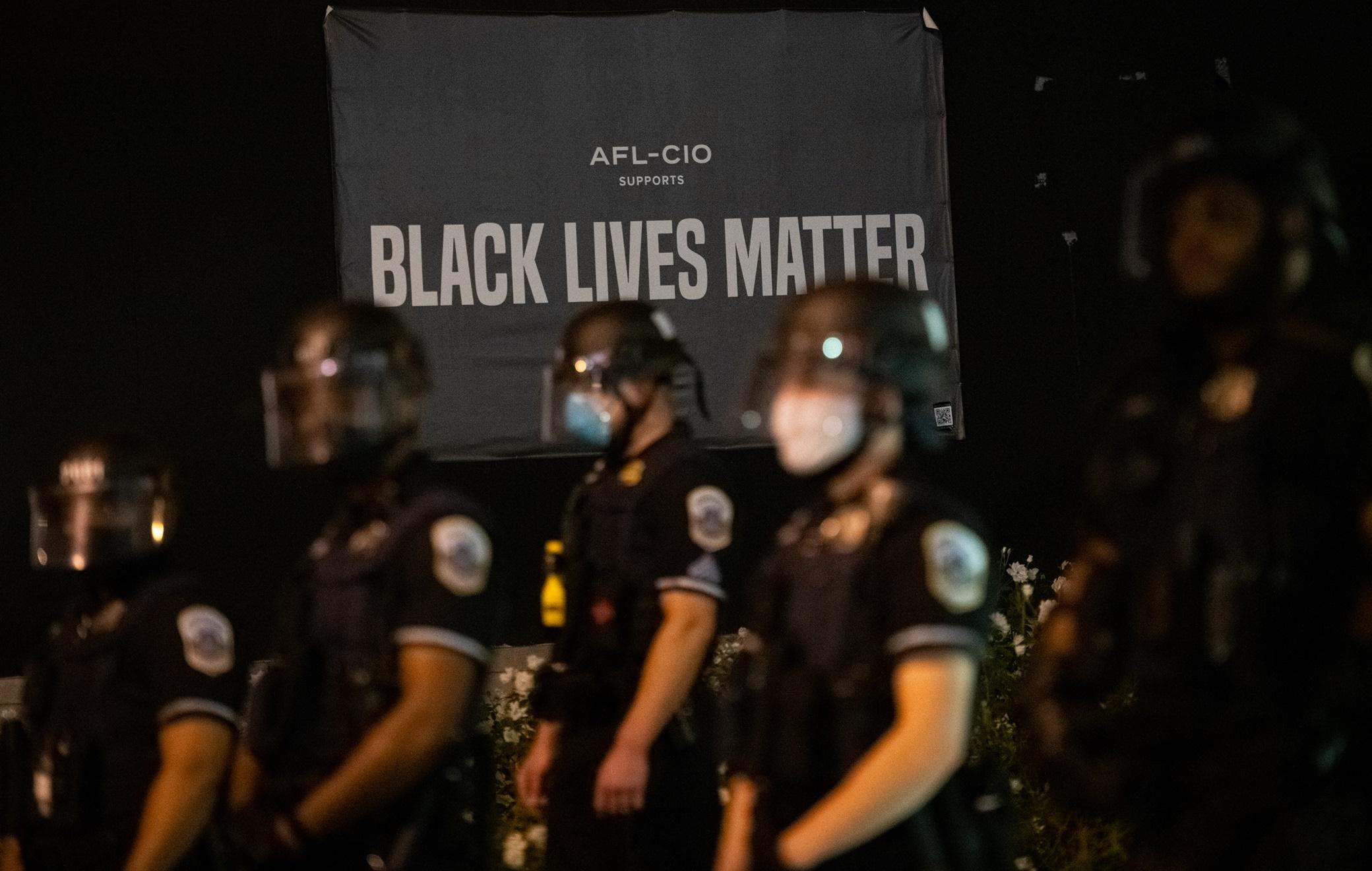 Usa, poliziotti sparano a uomo afroamericano e lo uccidono: proteste