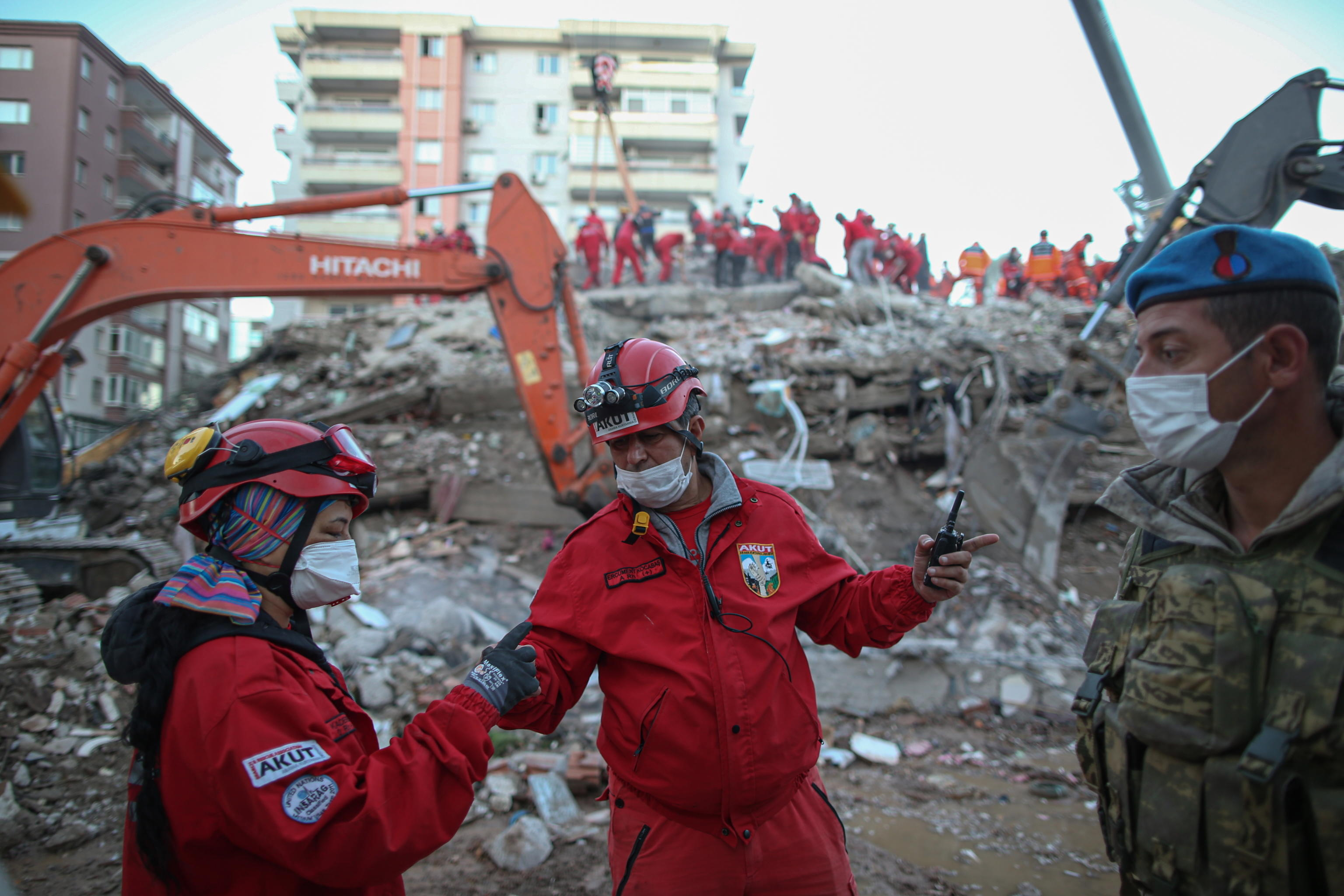 epa08790340 Rescue workers and people search for survivors at the site of a collapsed building after a 7.0 magnitude earthquake, originating in the Aegean Sea, hit the area in Izmir, Turkey, 01 November 2020. According to media reports, at least 49 people have died and more than 800 have been injured during the earthquake.  EPA/ERDEM SAHIN