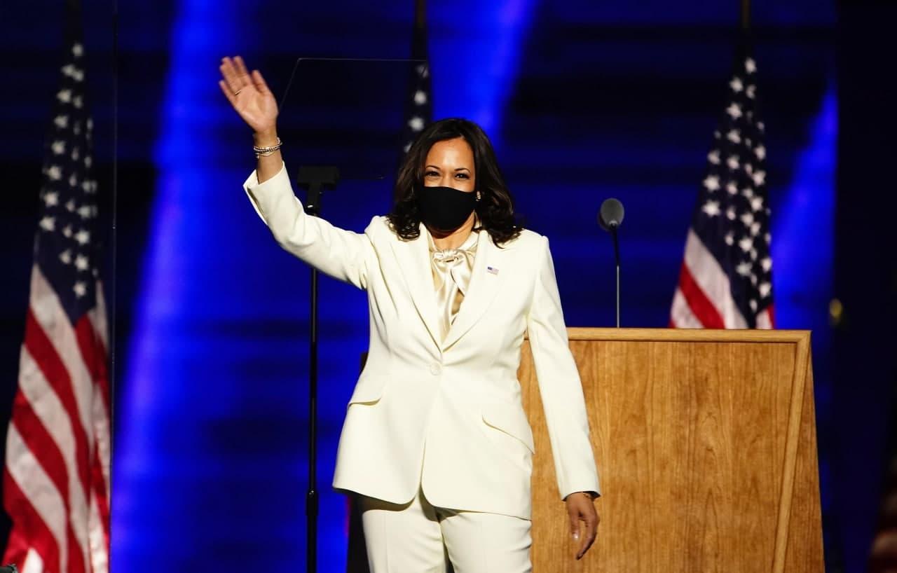 Kamala Harris sul palco del Chase Center di Wilmington (Delaware)