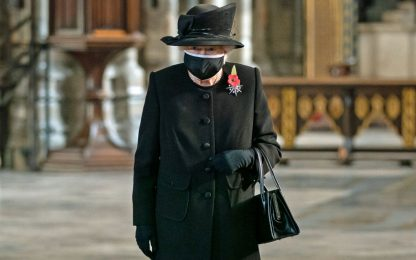 La regina Elisabetta per la prima volta in pubblico con la mascherina