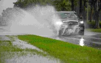 A car splashes water as it drives along South Collier Boulevard on Marco Island on Monday, Nov. 9, 2020.  Ndn 1005 Ja Weather Art 011 (Photo by Jon Austria/Naples Daily News USA TODAY NETWORK - FLORIDA/USA Today Network/Sipa USA) (Naples - 2020-11-09, USA TODAY Network / IPA) p.s. la foto e' utilizzabile nel rispetto del contesto in cui e' stata scattata, e senza intento diffamatorio del decoro delle persone rappresentate