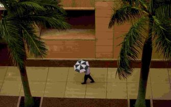 A man walks on the downtown Fort Myers as  Tropical Storm Eta swirls offshore on Monday November 9, 2020. Weather from the storm is expected to impact Southwest Florida over the next couple of days.  Etafm (Photo by Andrew West/USA Today Network/Sipa USA) (Naples - 2020-11-09, USA TODAY Network / IPA) p.s. la foto e' utilizzabile nel rispetto del contesto in cui e' stata scattata, e senza intento diffamatorio del decoro delle persone rappresentate