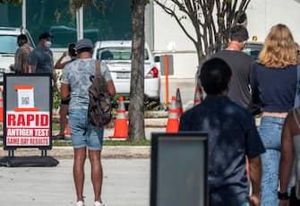 epa08818749 People queue to get the COVID-19 coronavirus walk-up testing service at the Mobile Testing Facility at Miami Beach Convention Center in Miami Beach, Florida, USA, 13 November 2020.  EPA/CRISTOBAL HERRERA-ULASHKEVICH