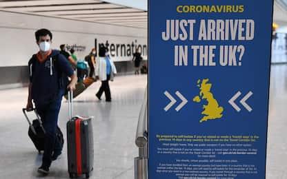 Covid UK, quarantena ridotta a cinque giorni per chi arriva da Italia