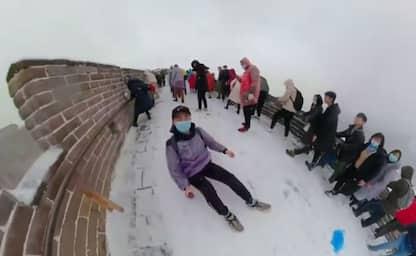 Cina, le persone giocano con la neve sulla Grande Muraglia. VIDEO