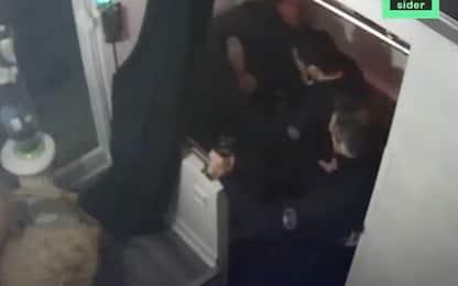 Francia, poliziotti sospesi per aver aggredito uomo di colore a Parigi