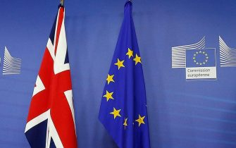 epa05133197 European Commission President Jean-Claude Juncker (L) meets British Prime Minister David Cameron at the European Commission in Brussels, Belgium, 29 January 2016. Cameron arived in Brussels for unscheduled talks on a Brexit referendum.  EPA/LAURENT DUBRULE