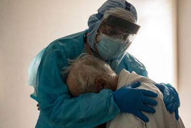 Texas, l'abbraccio del medico al paziente Covid. La foto che commuove