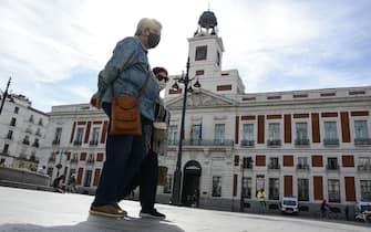 A couple wearing face masks walk on the street.The Spanish Government decrees the State of alarm for coronavirus in Madrid (Spain) for 15 days. (Photo by Adrián Baúlde / SOPA Images/Sipa USA) (Madrid - 2020-10-08, Adrián Baúlde / SOPA Images / IPA) p.s. la foto e' utilizzabile nel rispetto del contesto in cui e' stata scattata, e senza intento diffamatorio del decoro delle persone rappresentate