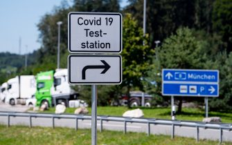 """30 July 2020, Bavaria, Bergen: A sign with the inscription """"Covid 19 Teststation"""" can be seen on the motorway 8 (A8) at the rest area Hochfelln-Nord. In view of the recent increase in corona infection figures, the Bavarian state government is warning against carelessness and is launching a test offensive. People returning from a trip can have themselves tested for the corona virus at various rest stops free of charge. Photo: Sven Hoppe/dpa (Bergen - 2020-07-30, Sven Hoppe / IPA) p.s. la foto e' utilizzabile nel rispetto del contesto in cui e' stata scattata, e senza intento diffamatorio del decoro delle persone rappresentate"""