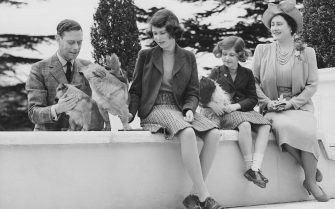 April 1940: The Royal family at the Royal Lodge in Windsor. (From right to left) Queen Elizabeth (1900 - 2002), Princess Margaret (1930 - 2002), Princess Elizabeth and King George VI (1895 - 1952) with the family dogs Ching, Carol and Crackers. (Photo by Lisa Sheridan/Studio Lisa/Getty Images)