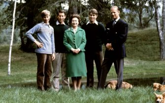 Picture of Queen Elizabeth and Duke of Edinburgh (R) posing with theirs three sons, Charles, Edward (L), Andrew (2ndR) and the royal corgies for their 32nd wedding anniversary, in Balmoral Castle, Scotland, 20 November 1979. (Photo by - / AFP) (Photo by -/AFP via Getty Images)
