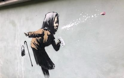 """Covid, Banksy colpisce ancora con """"Etcì"""" a Bristol. FOTO"""