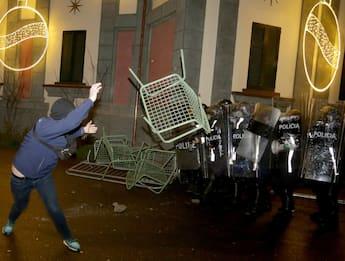 Albania, polizia uccide 25enne: scontri a Tirana, si dimette Ministro