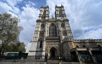 """A closed-down Westminster Abbey is pictured in central London on April 12, 2020, as life in Britain continues over the Easter break, during the nationwide lockdown to combat the novel coronavirus pandemic. - Britain's Prime Minister Boris Johnson was making """"very good progress"""" on Saturday in his recovery in hospital from coronavirus, officials said, as the country's deaths toll from the disease approached the grim milestone of 10,000. (Photo by Glyn KIRK / AFP)"""