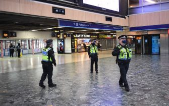 Police officers at Euston Station, London, with more being deployed to enforce travel rules at London's stations, and the public being urged to adhere to Government guidance after Prime Minister Boris Johnson announced on Saturday that from Sunday areas in the South East currently in Tier 3 will be moved into a new Tier 4 for two weeks Ð effectively returning to the lockdown rules of November, after scientists warned of the rapid spread of the new variant coronavirus. (London - 2020-12-20, Stefan Rousseau / IPA) p.s. la foto e' utilizzabile nel rispetto del contesto in cui e' stata scattata, e senza intento diffamatorio del decoro delle persone rappresentate