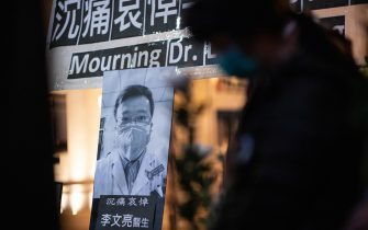 epa08200079 Mourners pay their respect to Chinese doctor Li Wenliang during a mourning ceremony in Hong Kong, China, 07 February 2020. Mainland health officials have confirmed the death of Li, who was one of the first to raise concerns about the coronavirus outbreak in Wuhan, before contracting the infection himself. Li was silenced by police after trying weeks ago to raise the alarm about the new coronavirus.  EPA/JEROME FAVRE