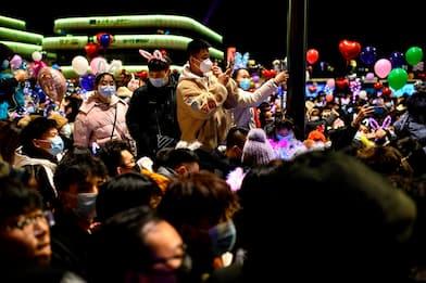 Wuhan, folla in piazza per il Capodanno: le immagini