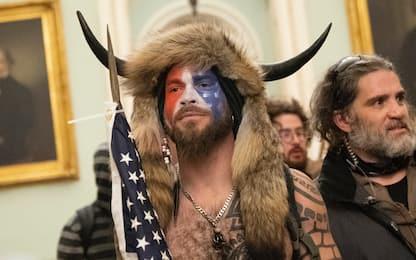 """Usa, arrestato Jake Angeli, lo """"sciamano"""" di Capitol Hill"""