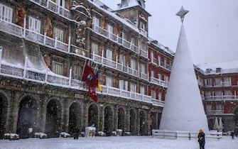 epa08928021 Snow at Plaza Mayor in Madrid, Spain, 09 January 2021. Storm Filomena brought the heaviest snowfall in decades.  EPA/Dani Caballo