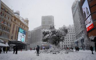 epa08928003 People enjoy the snow at Callao Square in Madrid, Spain, 09 January 2021. Storm Filomena brought the heaviest snowfall in decades.  EPA/BALLESTEROS