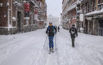 epa08928022 A man skis along Calle Mayor in Madrid, Spain, 09 January 2021. Storm Filomena brought the heaviest snowfall in decades.  EPA/Dani Caballo