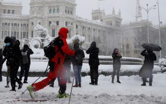 epa08927994 People enjoy the snow at Cibeles Square in Madrid, Spain, 09 January 2021. Storm Filomena brought the heaviest snowfall in decades.  EPA/BALLESTEROS
