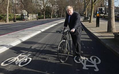 Boris Johnson in bicicletta durante il lockdown: polemiche